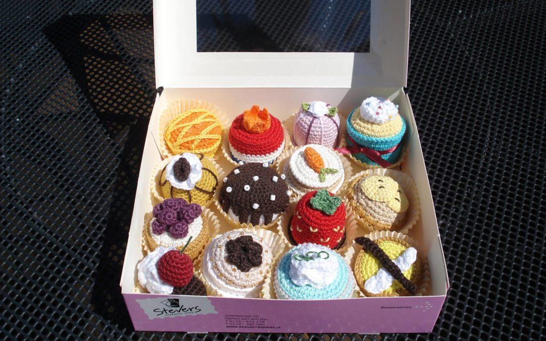 Doosje vol met gehaakte cupcakes